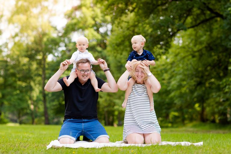 fotografia rodzinna pszczyna 02(pp w768 h511) Dwóch gentlemanów w towarzystwie rodziców   sesja rodzinna Pszczyna